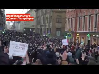 Люди скандируют Россия. - - Вы настоящие патриоты страны! Наша страна будет свободной.