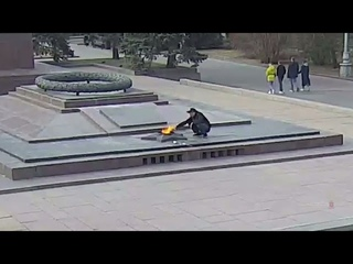 В Волгограде возбудили уголовное дело против мужчины, прикурившего сигарету от вечного огня