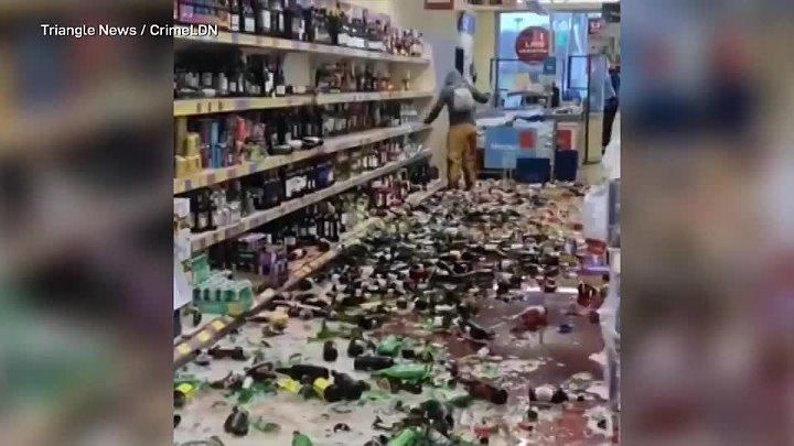 Разъяренная женщина из Англии разбила 500 бутылок алкоголя в супермаркете