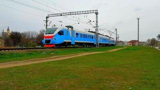 ЭП2Д-0114 заезжает на станцию Евпатория-Курорт в пасмурный апрельский день [КЖД 2021]