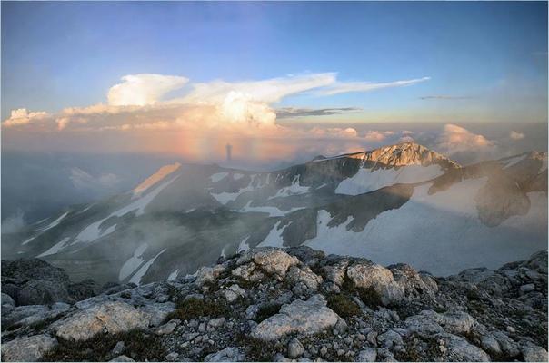 Фенoмен «Брoкенский пpизpaк». Бро́кенский призрак, также называемый горным призраком тень наблюдателя на поверхности облаков (тумана) в направлении, противоположном Солнцу. Эта тень может