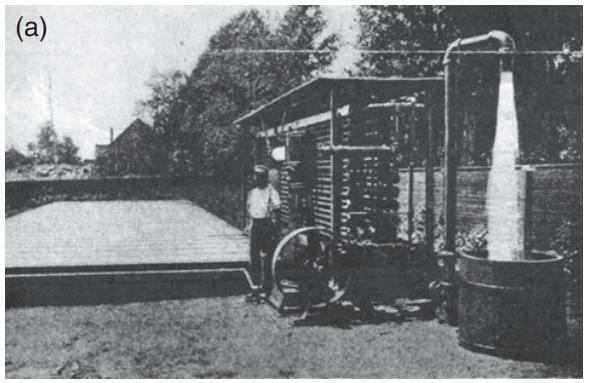 Плоский коллектор Шумана вместе со своим создателем. Система приводила в движение насос.