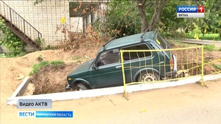 В Кирово-Чепецке «Нива» упала в яму, вырытую коммунальщиками(ГТРК Вятка)