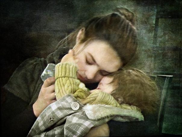 Мы боремся упрямо за любовь... А может зря Она того не стоитТая надежду в рамках многоточий, Прощаем ей жестокость вновь и вновь...Но все летит куда-то в пустоту...Слова, что говорим в глаза