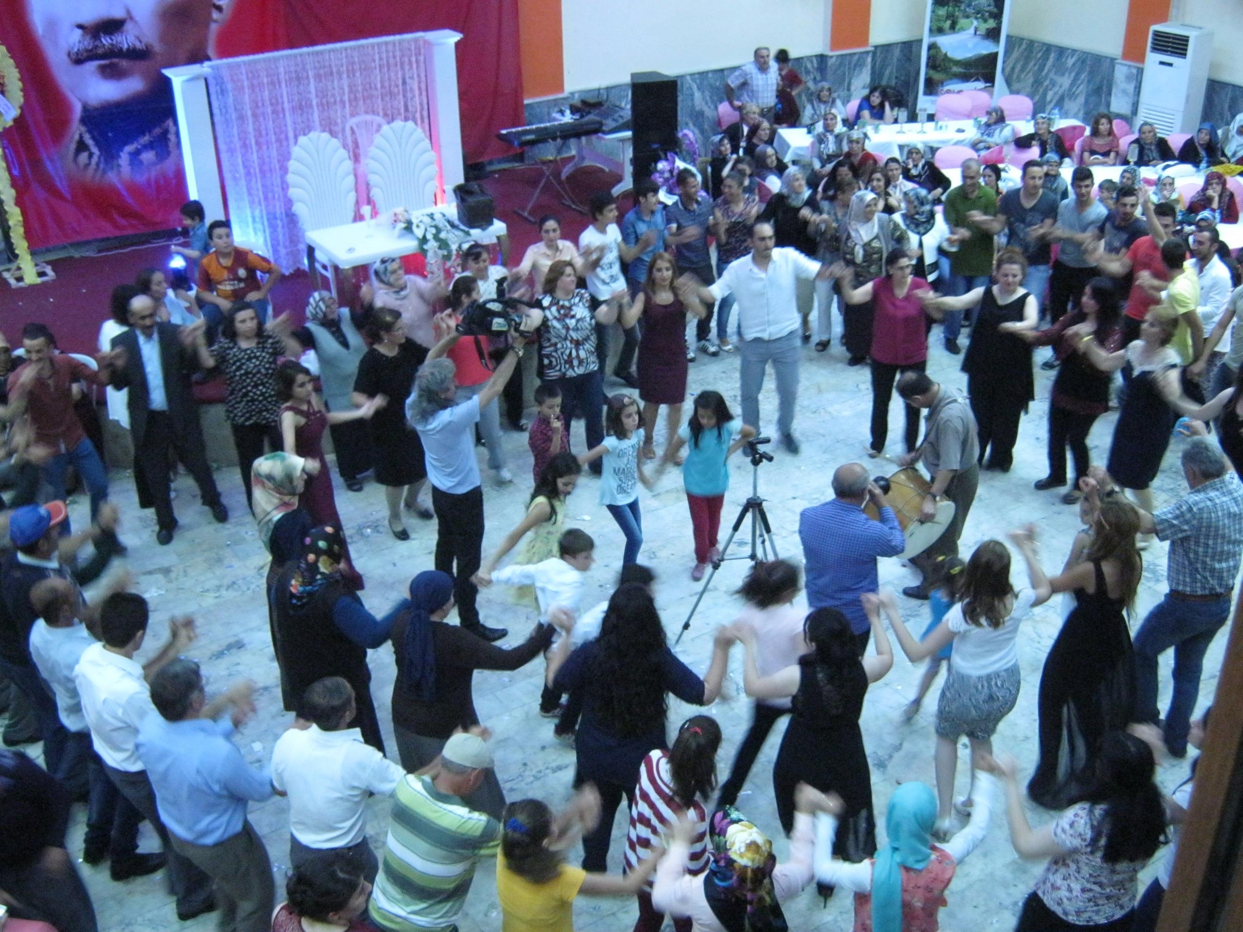 На турецких свадьбах танцуют по кругу
