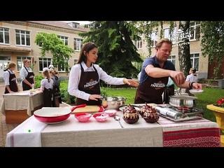 """Финалистка шоу """"Ты супер!"""" Вера Ярошик научила Джона Уоррена готовить картофельную бабку"""