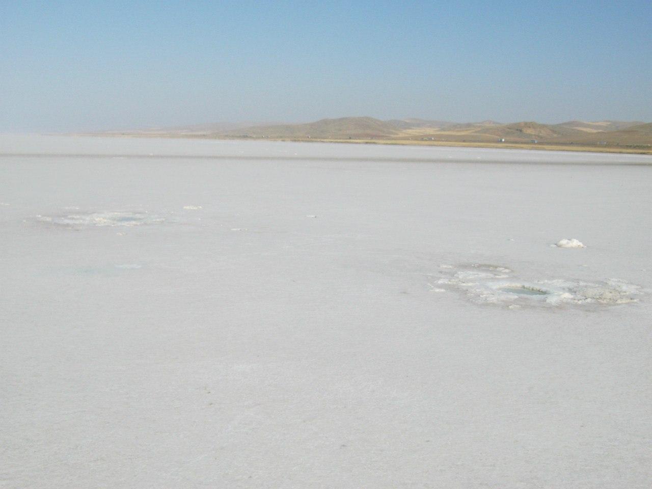 На озере Туз - сплошное царство соли