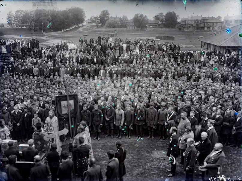 1.Богослужение перед мобилизацией в Сольвычегодске. 1914 г. Цифровая копия со стеклянного негатива. СИХМ Ф 505.
