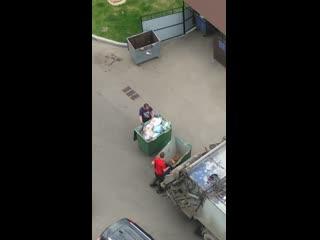 Мусор из баков для вторсырья и смешанных отходов сваливают в одну машину (17-й микрорайон)
