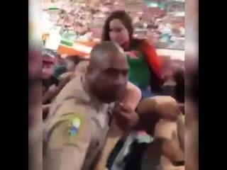 The cop cut down the girl Коп вырубил девушку