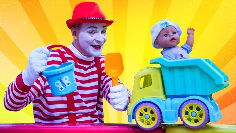 Baby Born ve oyuncak kamyon ile seçkin bölümleri - Çukuru kumla dolduralım! Bebek bakma
