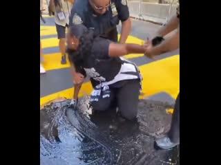 #necro_tv: В Нью-Йорке чернокожие активистки христианского движения замазали надпись BLACK LIVES MATTER