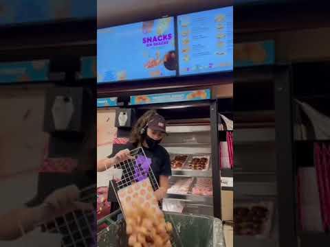 Работница показала как утилизирует нераспроданные пончики Любителям пончиков не смотреть