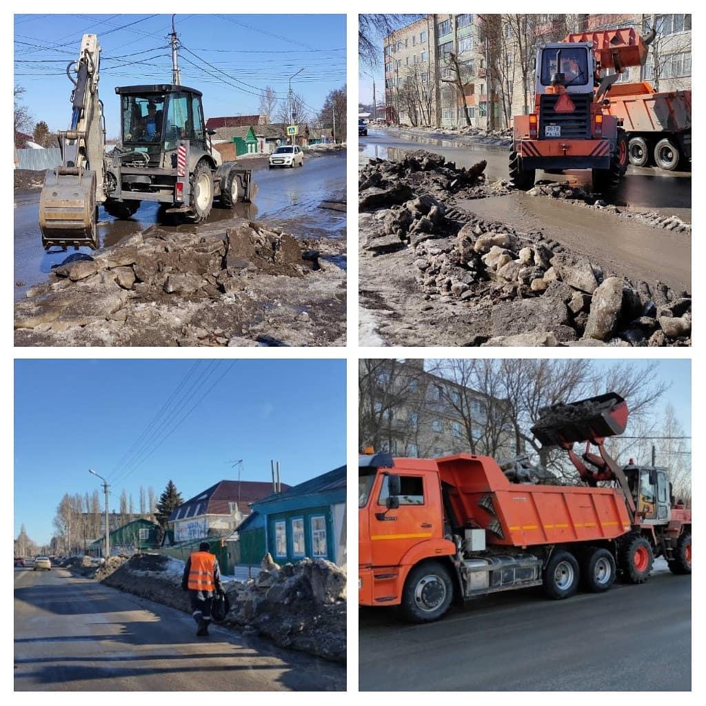 """Сотрудники городского коммунального предприятия """"Благоустройство"""" продолжают расчистку ливневых водоотводных стоков, а также ведут работы по расширению проезжей части улиц, вывозу снега и убо"""