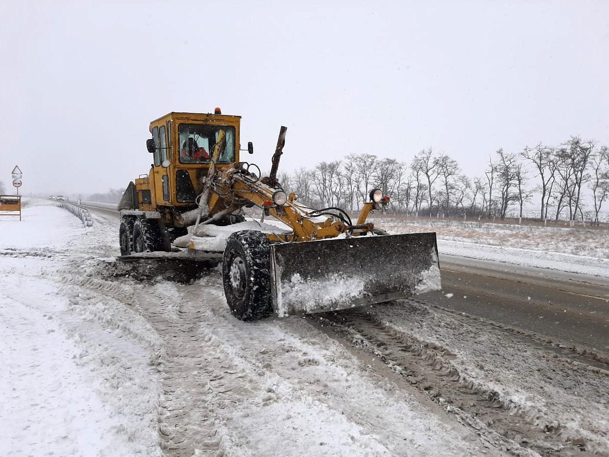 Дорожники ФКУ Упрдор Москва-Волгоград ликвидируют последствия первого снегопада в Ростовской области