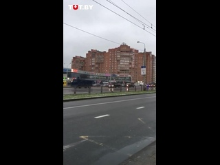 10:38 Минск. Группа людей с государственными флагами также встречала спецтехнику силовиков около станции метро Уручье.🇧🇾💪