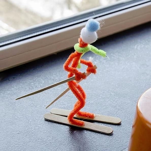 ЗИМНИЕ ПОДЕЛКИ ДЛЯ ДЕТЕЙ. Зимние забавы проволочных человечков. Человечки съезжают с горы на лыжах и санках, катаются на коньках по замершему пруду, лепят снеговика, играют в