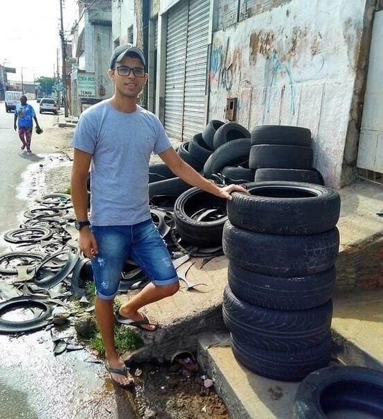 В Бразилии мужчина оригинально избавляется от старых покрышек, которые лежат на улицах его города Из них он делает красивые и удобные кроватки для бездомных и домашних животных.В России делали