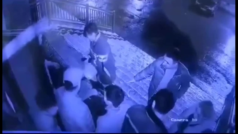 Вырубают чеченеца Аюба Катаева экс начальника г Аргун