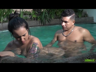 Babi Ventura suffered a lot with the big stick inside the pool