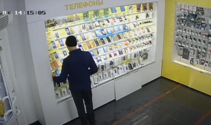 Камера засняла, как новотройчанин воровал телефоны из салонов сотовой связи