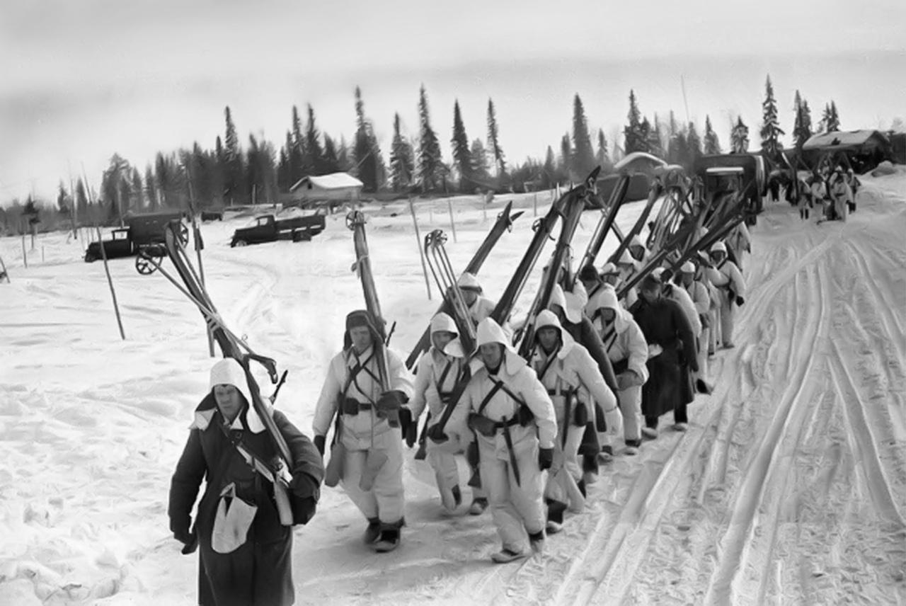 Зима 1939—1940 годов. Карельский перешеек.  Советские лыжники выдвигаются на передовые позиции.