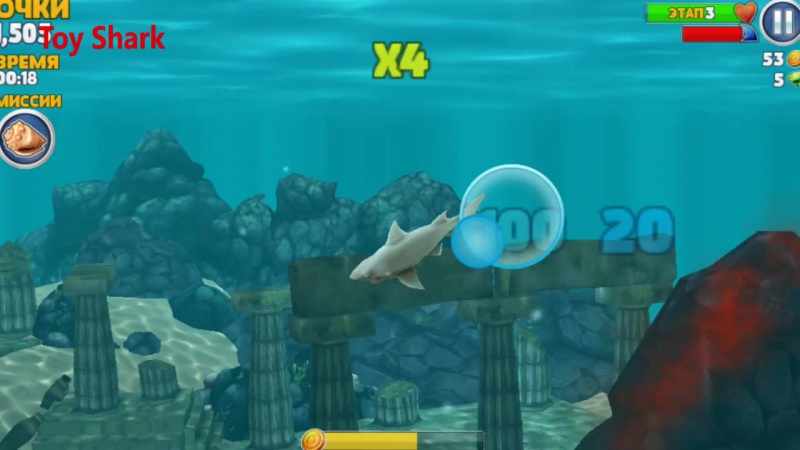 Акула растущая в воде и игрушечная акула  воде  water