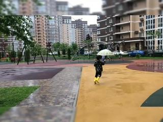 Непосредственная детская реакция на дождь во дворе Татьяниного Парка
