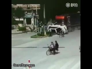Фура протаранила машины