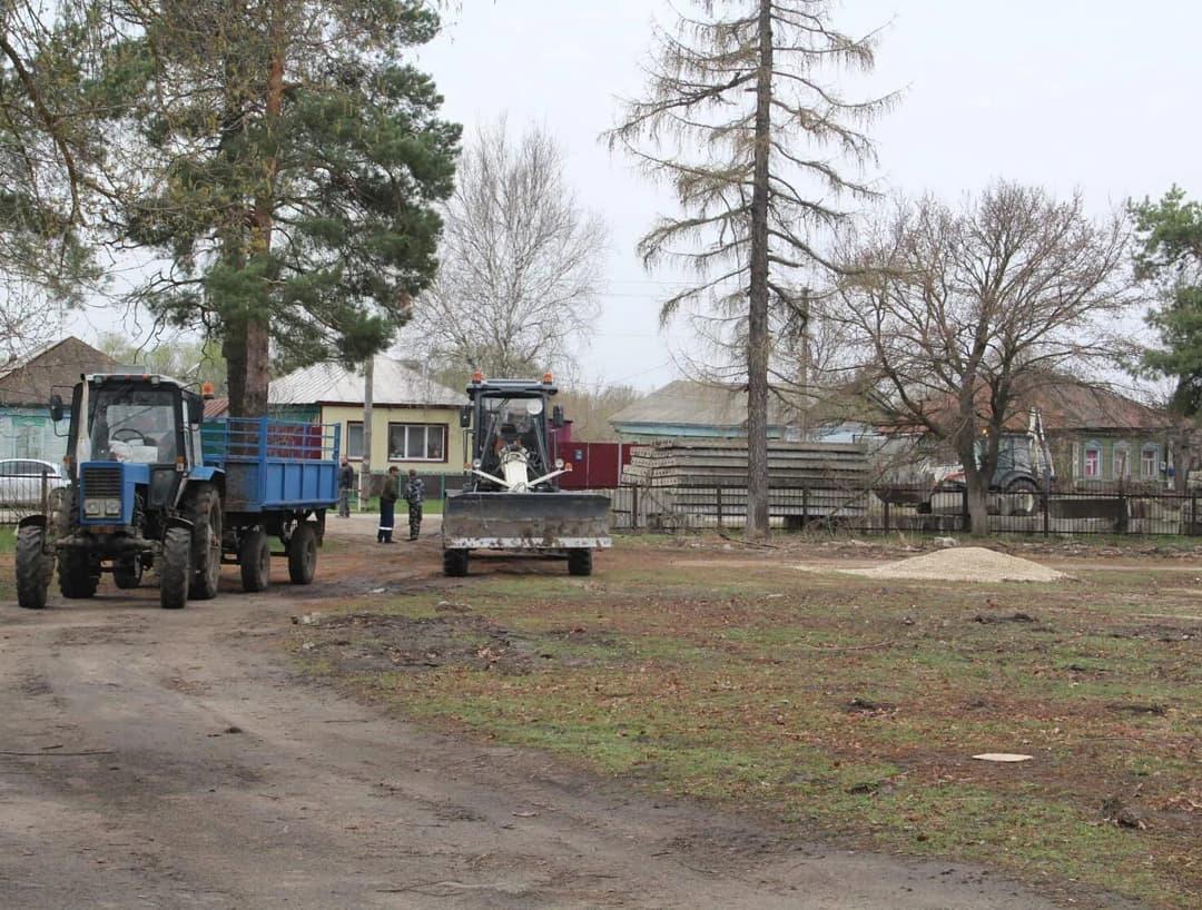 Глава Петровского района Денис Фадеев оценил, какими темпами в городском парке культуры и отдыха проводятся работы по строительству футбольного поля и универсальной спортивной площадки