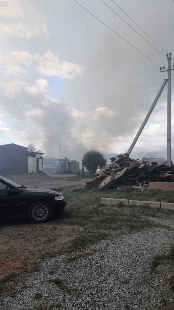 Огонь поразил два дома в Омске, находящихся в опасной близости от газопровода