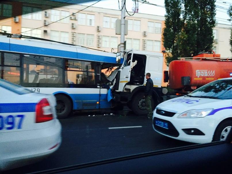 Троллейбус №179 не проработал и года — попал в ДТП на улице Московской у поворота на Терепец. Фото Дмитрия Ченцова