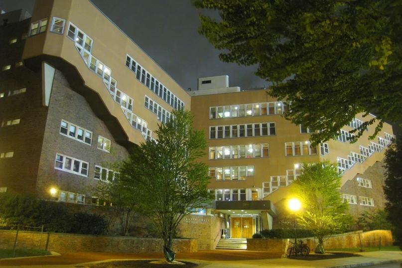 Бейкер Хаус в Массачусетском технологическом институте Алвара Аалто. Фото Дадерота через Wikimedia Commons, опубликовано в открытом доступе (обрезано)