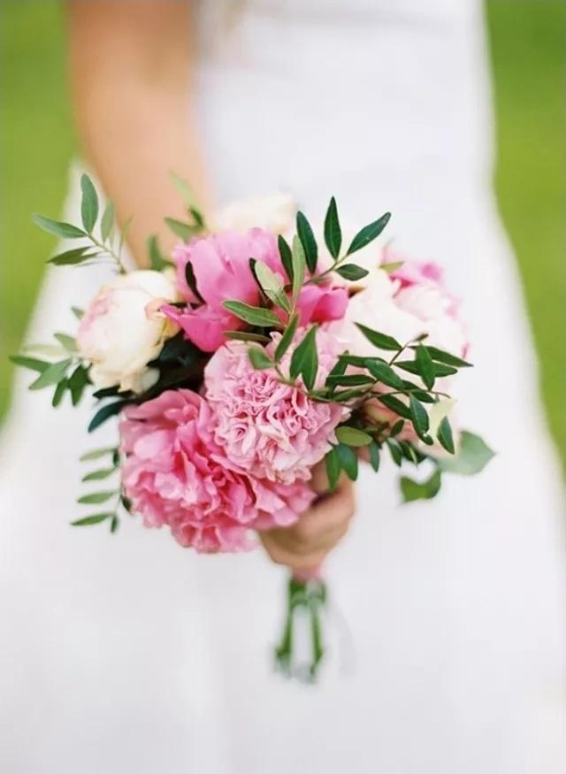 snUsjS1vvDo - Свадебные букеты с гвоздиками - фото