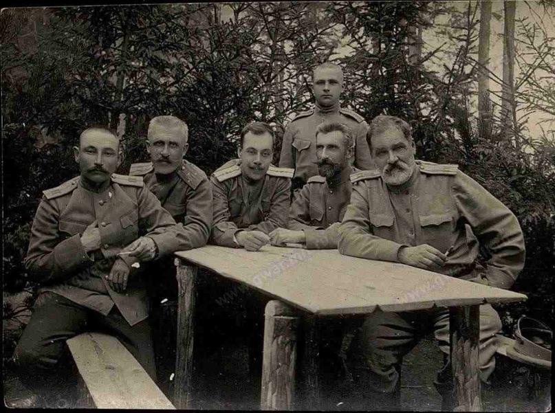 Петр Георгиевич Корнилов (1880-1919) (крайний слева) среди офицеров 1-го Туркестанского стрелкового полка . Юго-Зап. фронт, лето 1916 г.