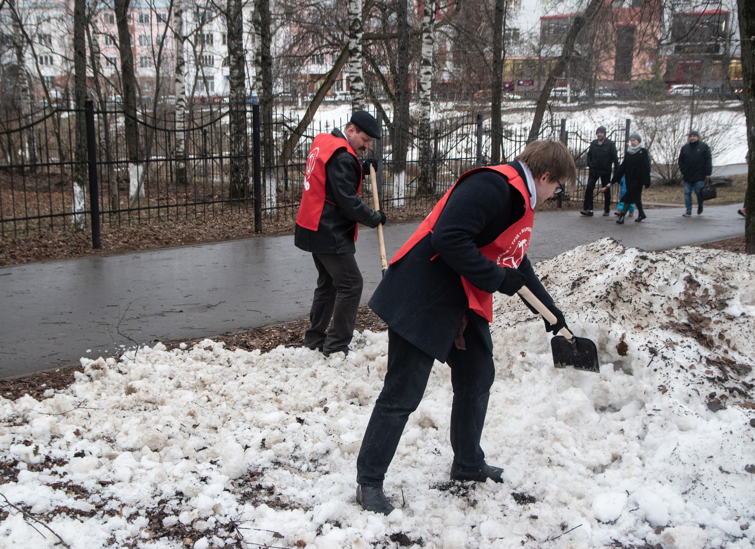 Субботник в сквере 60-летия СССР