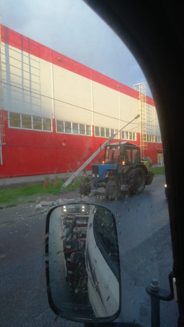 В Твери трактор сошелся в столкновении с фонарным столбом