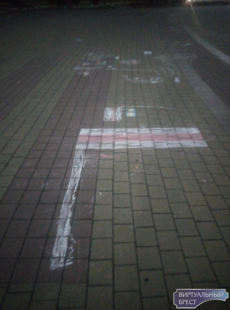 Работники коммунальных служб города просят не так сильно мусорить и не рисовать на плитке мелом