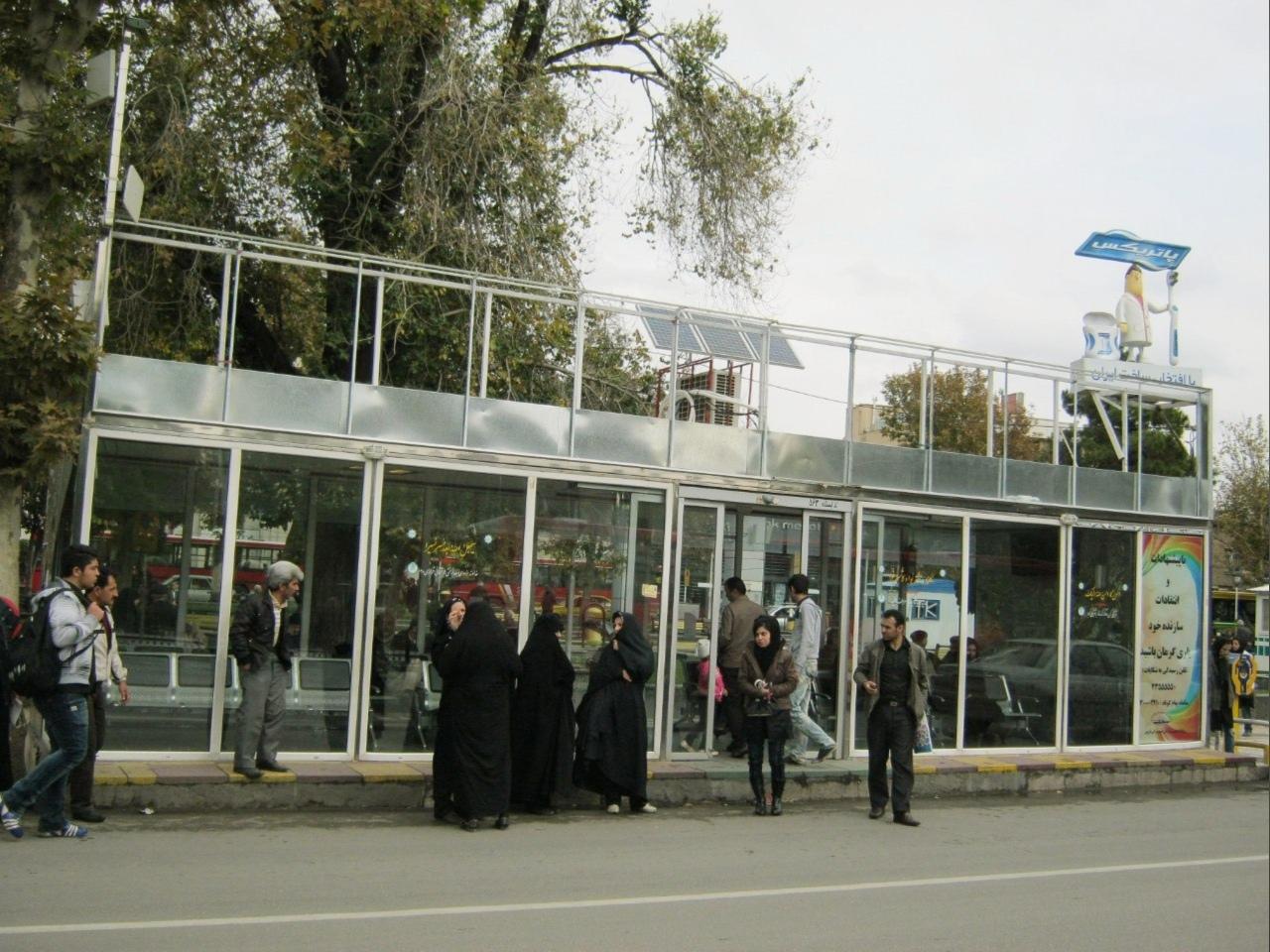Иранские женщины в строгих чёрных одеждах контрастируют с девушкой в модном прикиде