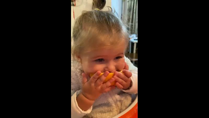 Ева и апельсин 🍊