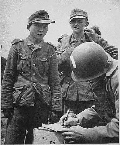 Кореец Ян Кенжен известен тем, что был солдатом трех армий В годы Второй мировой войны его призвали в Императорские вооружённые силы Японии. Попал в плен к красноармейцам. В 1942 году вместе с