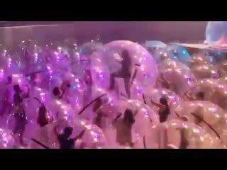 Американская группа The Flaming Lips провела концерт в надувных пузырях