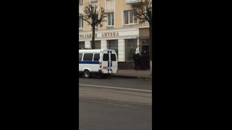 Барановичи сегодня Парня вынесли из аптеки Видно что в Баранавичах сил почти нет